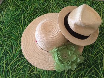 deux chapeaux posés sur l'herbe